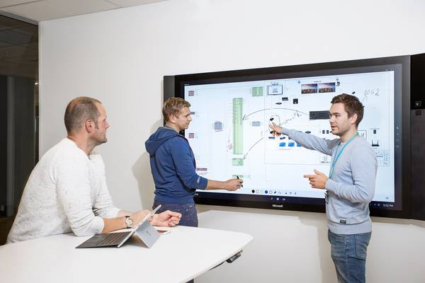 Using an Microsoft Surface Hub Interactive Display to Communicate Ideas